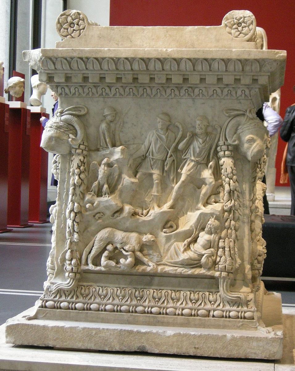 956px-Altare_di_Marte_e_Venere,_dal_piazzale_delle_Corporazioni_di_Ostia,_06